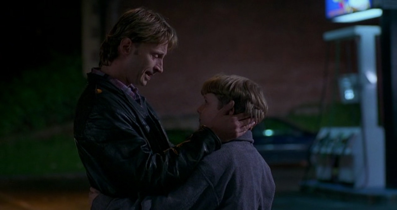 Gaz en The Full Monty abrazando a su hijo